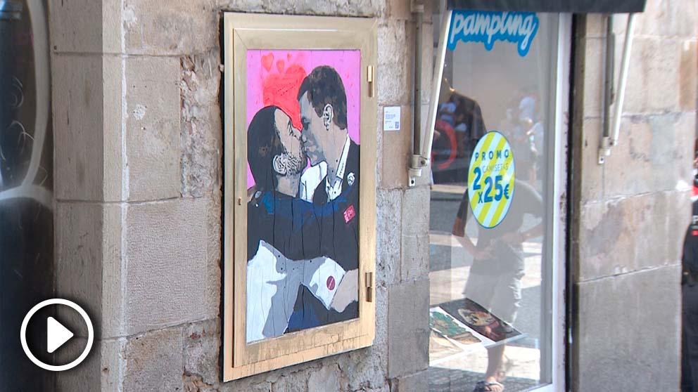 Graffiti con el beso de Iglesias y Sánchez en Barcelona