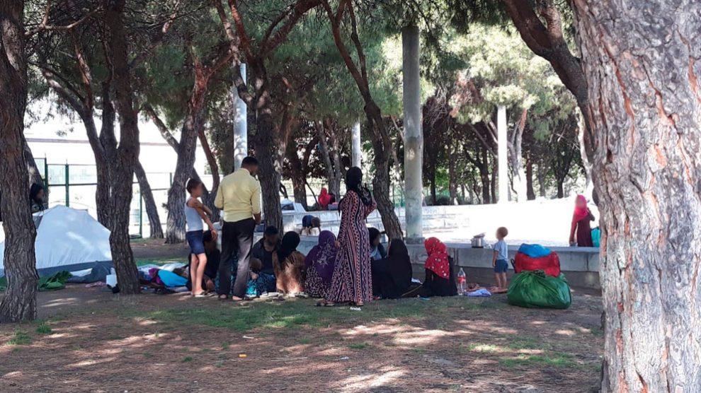 Integrantes del grupo de refugiados sirios que se ha instalado en el parque que rodea la mezquita de la M-30 en Madrid. Foto: EP