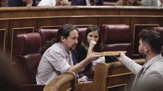 Rufián entrega a Iglesias un libro escrito en la cárcel por Junqueras. (Foto: Francisco Toledo).