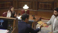Rufián entrega a Sánchez un libro escrito en la cárcel por Junqueras. (Foto: Francisco Toledo).