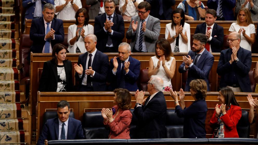 Pedro Sánchez, aplaudido por la bancada socialista