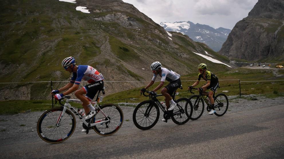 Barguil, Bernal y Yates, en una subida en el Tour de Francia. (AFP)