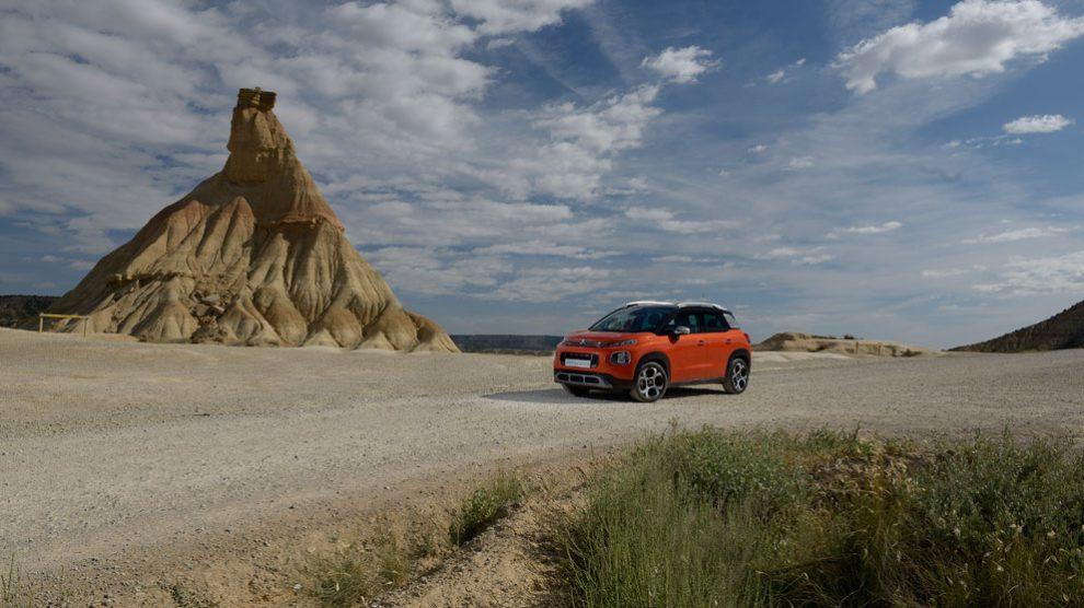 El Citröen SUV C3 Aircross, con sus curvas, contrastan con el paisaje casi marciano de las Bardenas Reales de Navarra.