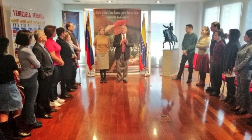 Dependencias de la embajada de Venezuela en Madrid con el embajador en el centro.