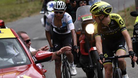 Egan Bernal, en el momento en que le comunican la suspensión de la etapa. (AFP)