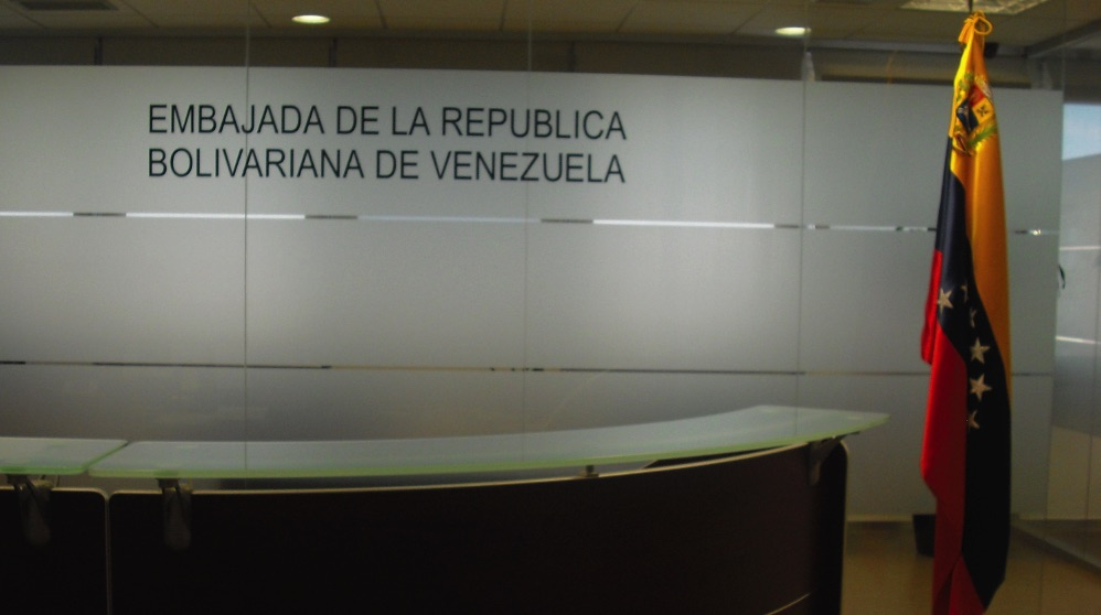 Entrada a la embajada de Venezuela en Madrid.
