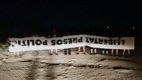 Miembros de Resistencia Alta Tabarnia muestran la pancarta sustraída.