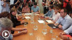 Los socialistas navarros (PSN), representantes de Geroa Bai y Podemos reunidos en el PArlamento de Navarra para repartirse el Gobierno foral. Foto: EP