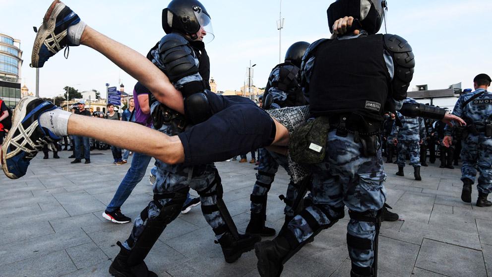 La Policía detiene a manifestantes en Moscú (Foto: AFP)