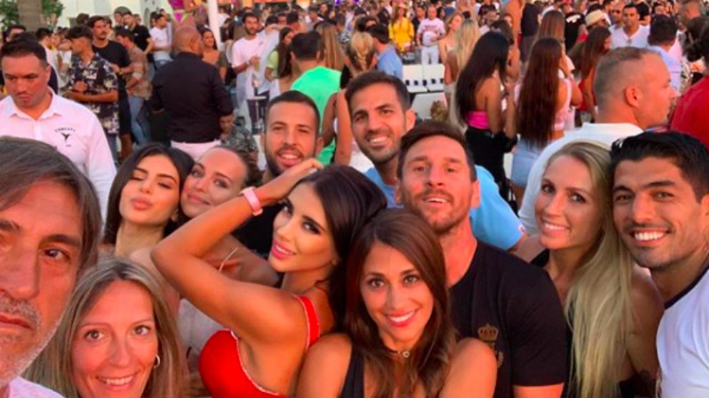 Leo Messi, Cesc Fábregas, Jordi Alba y Luis Suárez, de fiesta en Ibiza. (@daniellasemaan)