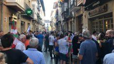 Vecinos de Oñate se concentran para recibir al etarra Ugarte