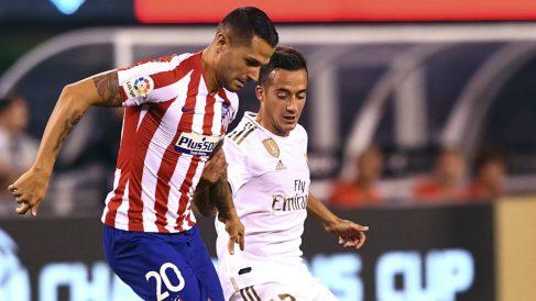 Vitolo pelea un balón con Lucas Vázquez durante el Real Madrid 3-7 Atlético. (AFP)