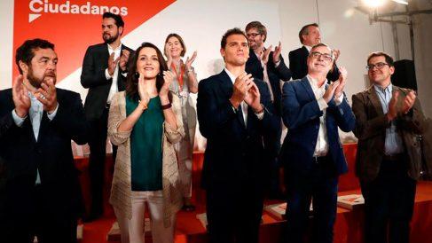 El presidente de Ciudadanos, Albert Rivera (c), la portavoz del partido en el Congreso, Inés Arrimadas (2i), el secretario general, José Manuel Villegas (2d), y otros miembros de su formación. (Foto: EFE)