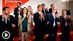 El presidente de Ciudadanos Albert Rivera (c), junto a la portavoz del partido en el Congreso, Inés Arrimadas (3i), el diputado Miguel Gutiérrez (i) posan en foto de familia junto a otros miembros de la Junta General de C's, tras su intervención en la reunión extraordinaria del Consejo del partido. Foto: EFE