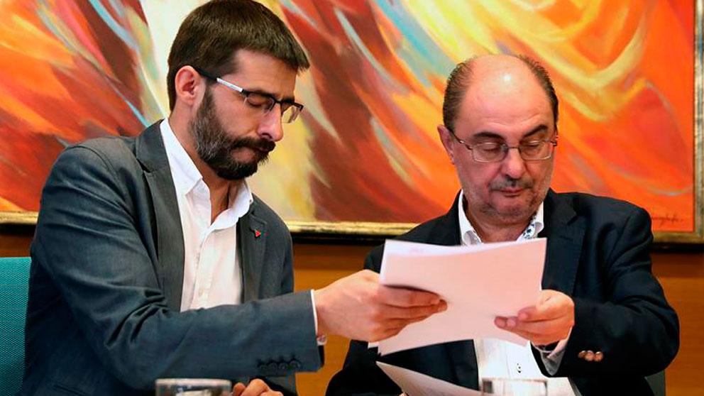 El coordinador general de IU Aragón, Álvaro Sanz (i), y el secretario general del PSOE Aragón, Javier Lambán (d), han firmado hoy en Zaragoza el acuerdo por el que IU apoyará la investidura del candidato socialista a la presidencia del Gobierno de Aragón. Foto: EFE