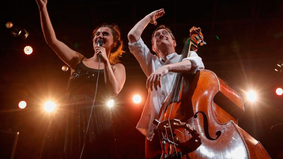 La cantante Silvia Pérez Cruz y el contrabajo Javier Colina, durante su actuación hoy domingo en la quinta y última jornada del 54 Festival de Jazz de San Sebastián «Jazzaldia». Foto: EFE