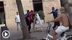 Un hombre a golpes contra policías en Barcelona.