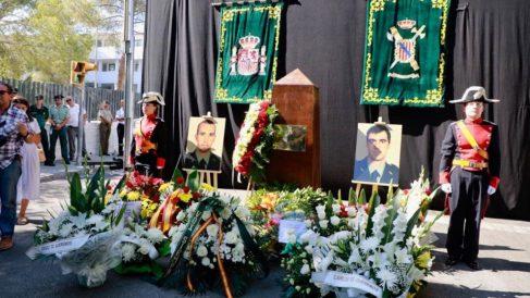 Fotos y coronas florales en memoria de los dos guardias civiles asesinados por ETA en 2009 en un atentado ocurrido en Palmanova. Foto: Twitter
