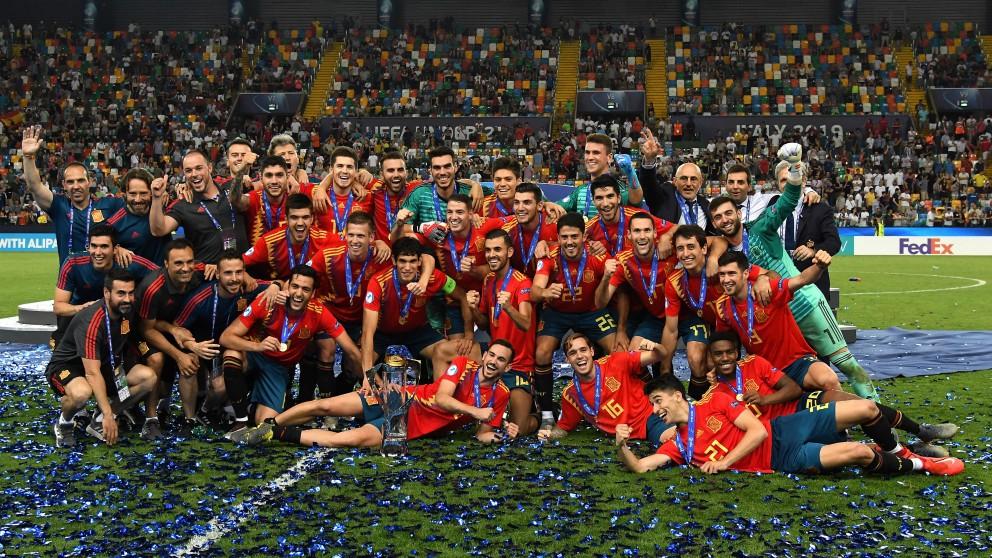 Los jugadores de España, con el título de campeón de Europa. (Getty)