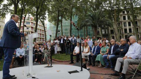 El presidente del PNV, Andoni Ortuzar (i), durante su intervención este miércoles, ante la militancia y cargos en el acto de conmemoración del 124 aniversario de la fundación del partido por Sabino Arana. (Efe)