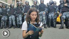 Olga Misik, la adolescente que ha leído la Constitución frente a los antidisturbios de Putin @Twitter