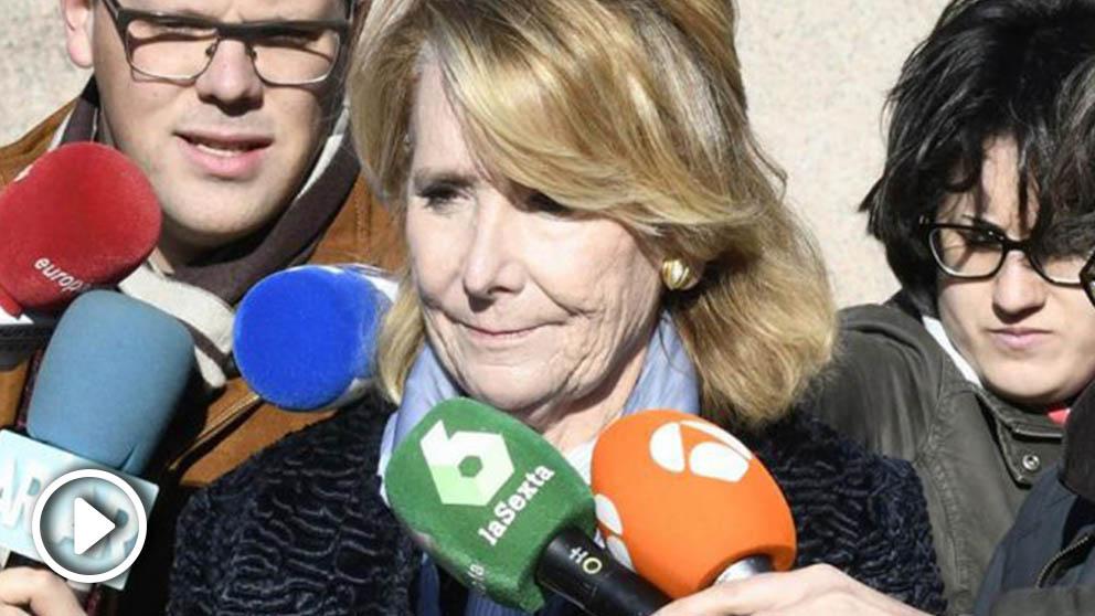 La expresidenta de la Comunidad de Madrid Esperanza Aguirre (c) a su salida de la Audiencia Provincial de Madrid tras declarar como testigo este lunes en el juicio de los seis acusados por el supuesto espionaje cometido en 2008 a cargos políticos del PP. Foto: EFE