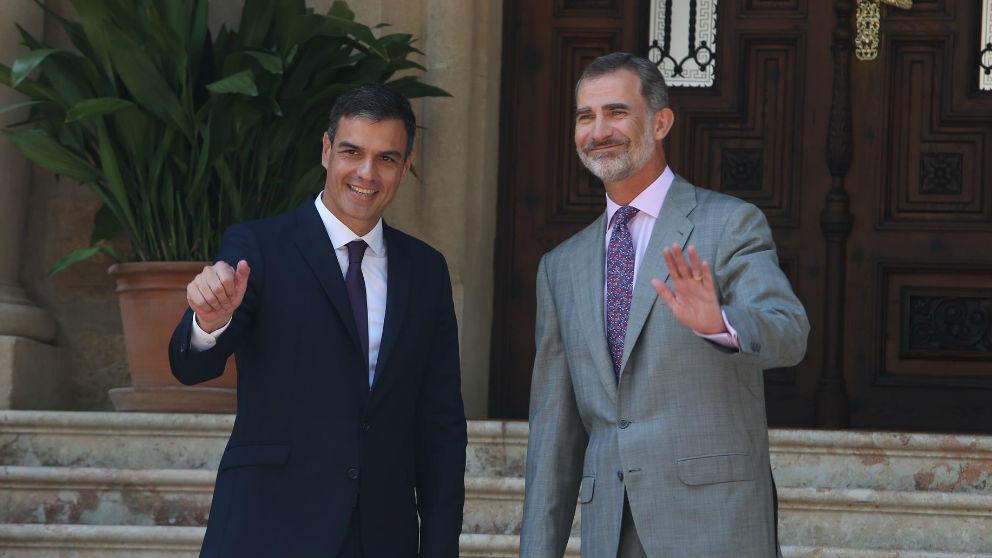 El Rey y Pedro Sánchez a la puertas de Marivent el pasado año. (Ep)