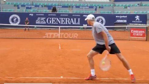 El-saque-de-Benjamin-Simonet-por-debajo-de-las-piernas-que-ha-generado-mucha-polémica-en-la-ATP
