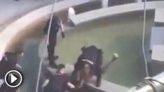 Los policías reducen al hombre con un machete
