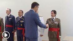 Sánchez saluda a la primera mujer general.