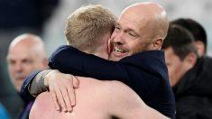 Ten Hag abraza a Donny Van de Beek. (AFP)