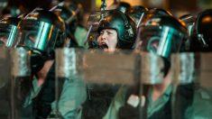 Un agente de las fueras del orden de China da órdenes a sus hombres para sofocar las protestas celebradas en Hong Kong. Foto: AFP