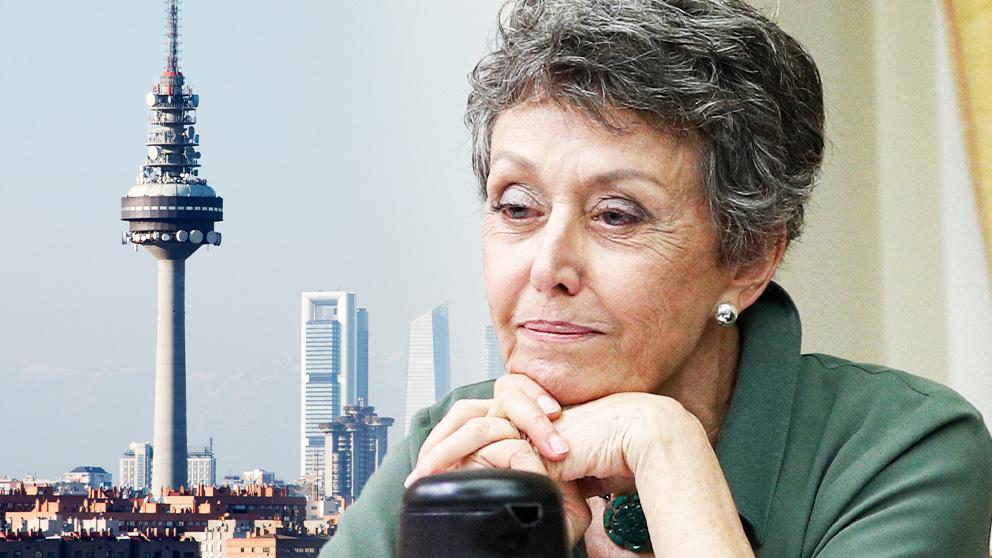 La administradora provisional de RTVE, Rosa María Mateo, junto a una imagen del 'Pirulí'.