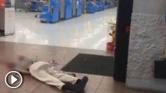 Un hombre yace en el Walmart de El Paso donde se ha producido el tiroteo. Foto: Twitter