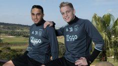 Van de Beek y Nouri posan en su etapa de canteranos del Ajax.