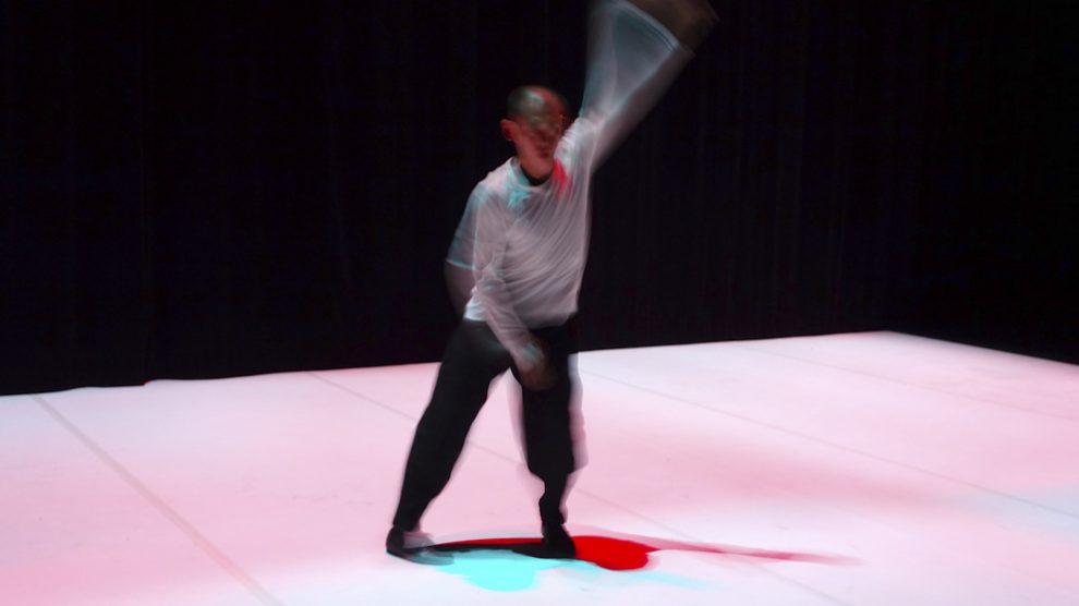 Hiroaki Umeda durante su espectáculo 'Split Flow' programado por Veranos de la Villa en Matadero de Madrid. Foto: Patricia Nieto Madroñero