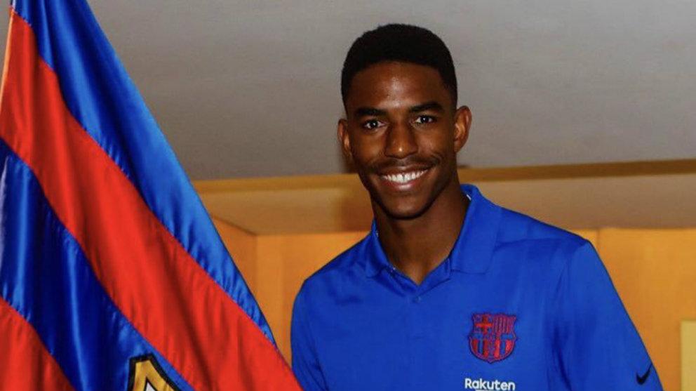 Junior Firpo posa con la bandera del Barcelona (@JuniorFirpo03)