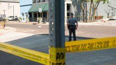 La zona del bar de Dayton (Ohio) donde se ha producido el tiroteo acordonada y vigilada por un agente de seguridad. Foto: AFP