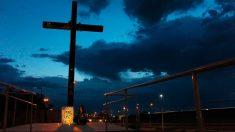 Una joven sostiene una pancarta contra las armas junto a una gran cruz en Ciudad Juárez, localidad cercana a El Paso, donde 20 personas perdieron la vida en un tiroteo en una tienda Walmart. Foto: AFP