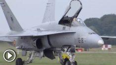 El caza F-18 español tras su aterrizaje en la pista lituana.