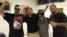 Pablo Iglesias junto a los componente de Los Chikos del Maíz.