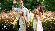 Los reyes acompañados de sus hijas, la princesa Leonor,2ºi., y la infanta Sofía, 2ºd., en los jardines del Palacio de Marivent donde han posado para los medios en la tradicional sesión fotográfica de verano. Foto: EFE