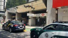 Coches de la Policía frente e la sucursal de la CAsa de la Moneda asaltada en México.