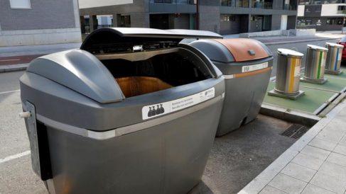 Los contenedores de Roces (Gijón) donde fue hallado el cadáver del bebé recién nacido (Foto: EFE)