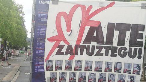 Cartel con fotos de presos de ETA en el recinto ferial de Vitoria.