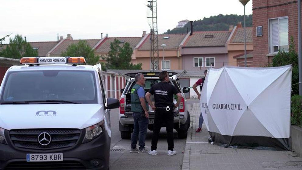 Efectivos de la Guardia Civil frente al domicilio de Andorra (Teruel) donde un hombre ha matado a su hijo, herido a su pareja y luego se ha suicidado. (Efe)