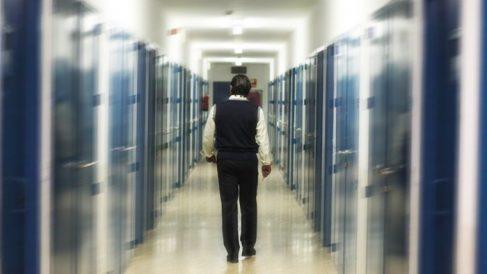 La nueva instrucción de Instituciones Penitenciarias permite a los presos consultar sus expedientes e identificar a los funcionarios.
