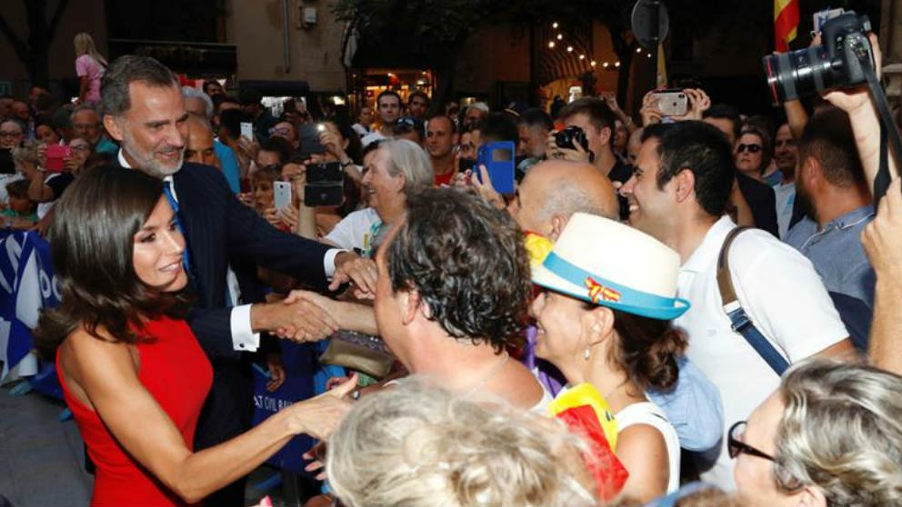 Los Reyes saludan a los numerosos concentrados que les esperaban a su llegada a la Almudaina, en Palma. (Efe)