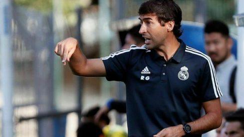 Raúl González da instrucciones durante un partido. (EFE)