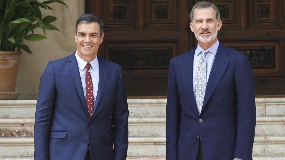 El rey Felipe VI y el presidente del Gobierno en funciones, Pedro Sánchez, en la entrada del Palacio de Marivent (Palma).